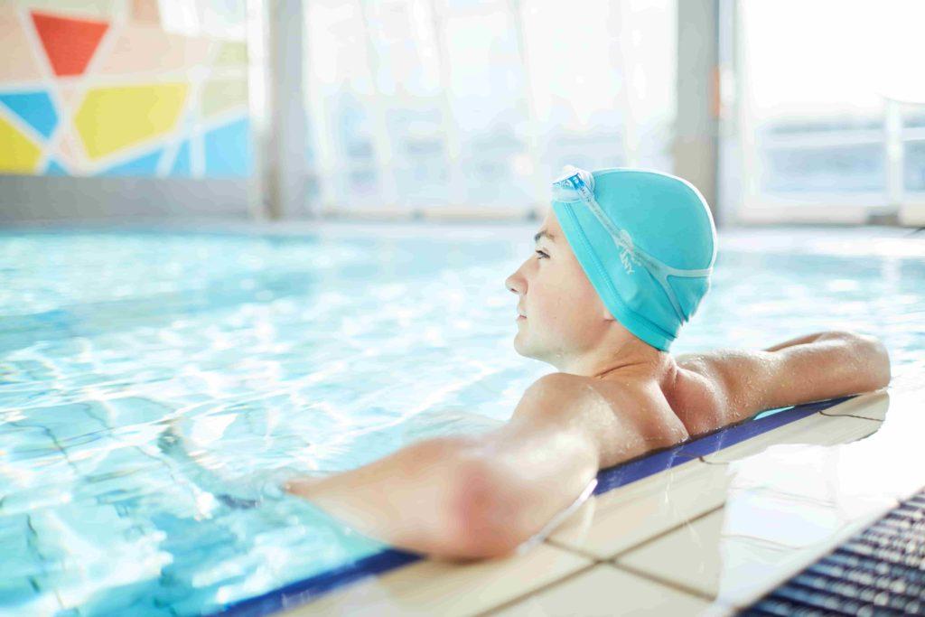 Человек возле борта бассейна