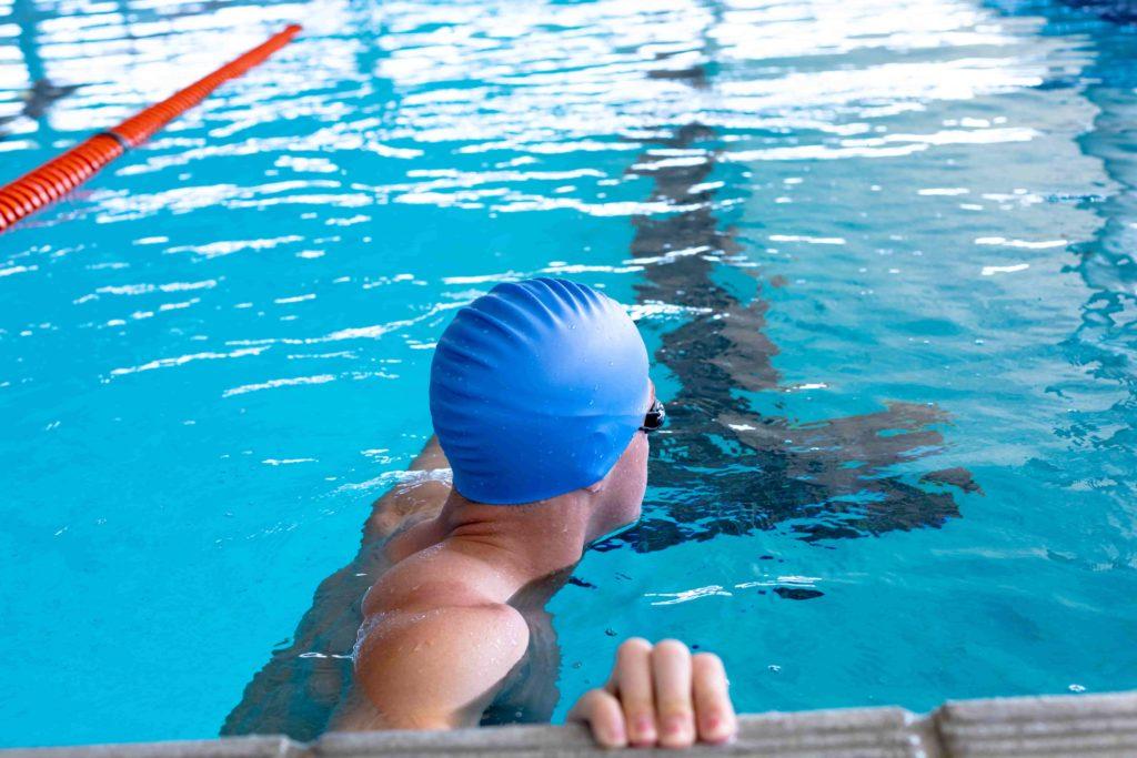 Человек плавает в бассейне
